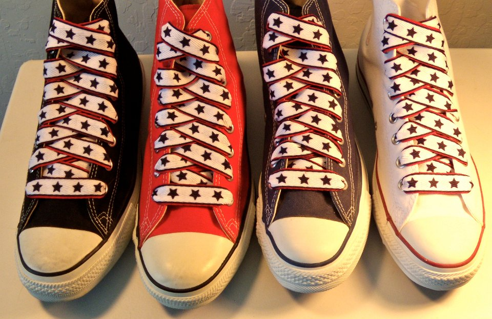 af092b598991 5 Star Print Shoelaces on Chucks Core color high tops with black