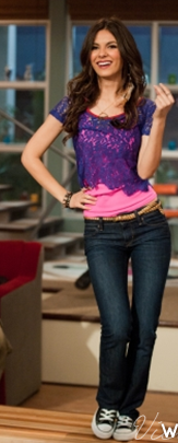 10 Victoria Justice Wearing Black Chucks On The Set Of Victorious